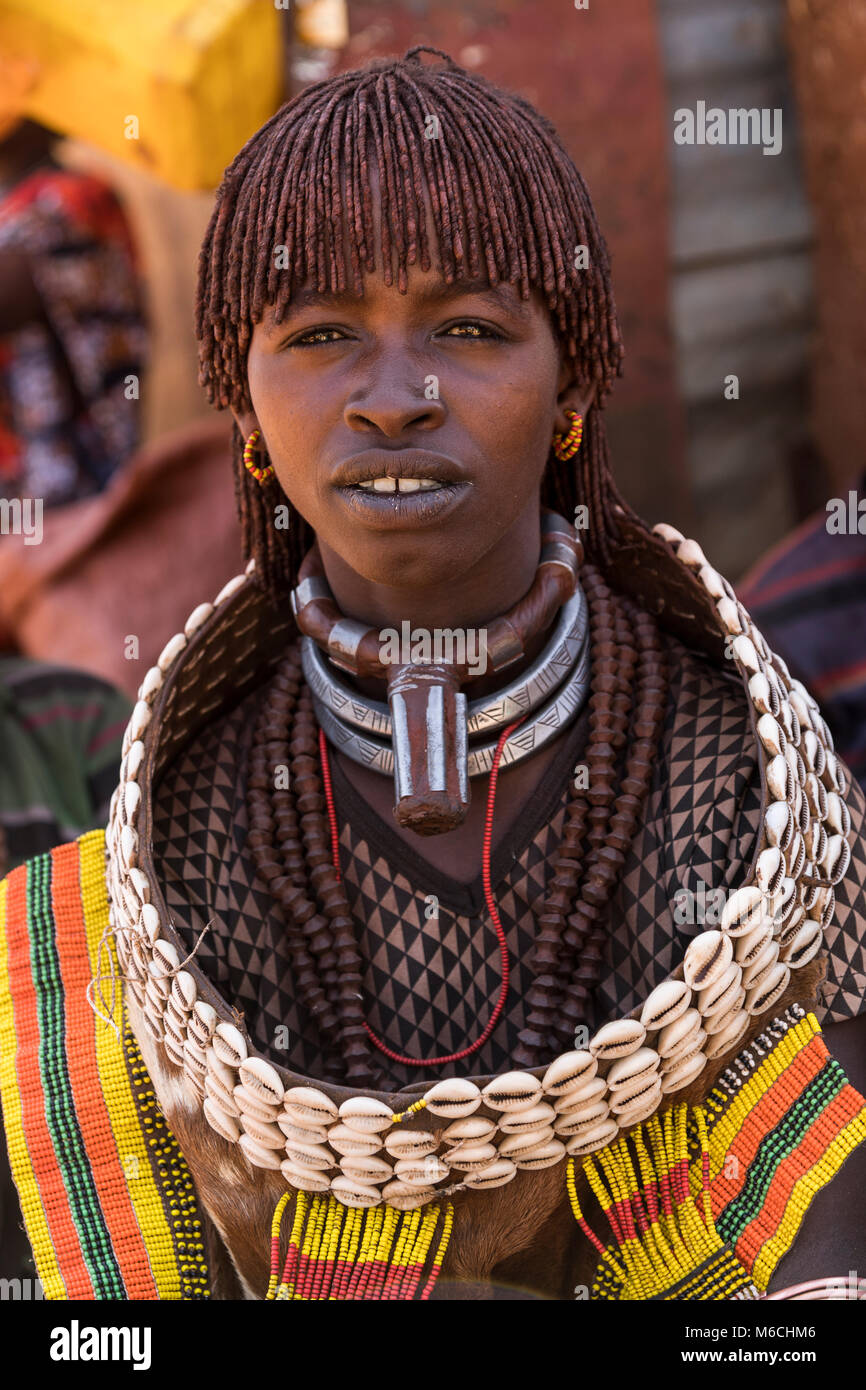 Woman from the Hamer tribe in traditional dress with necklace, portrait, Turmi, Omo region, Ethiopia - Stock Image