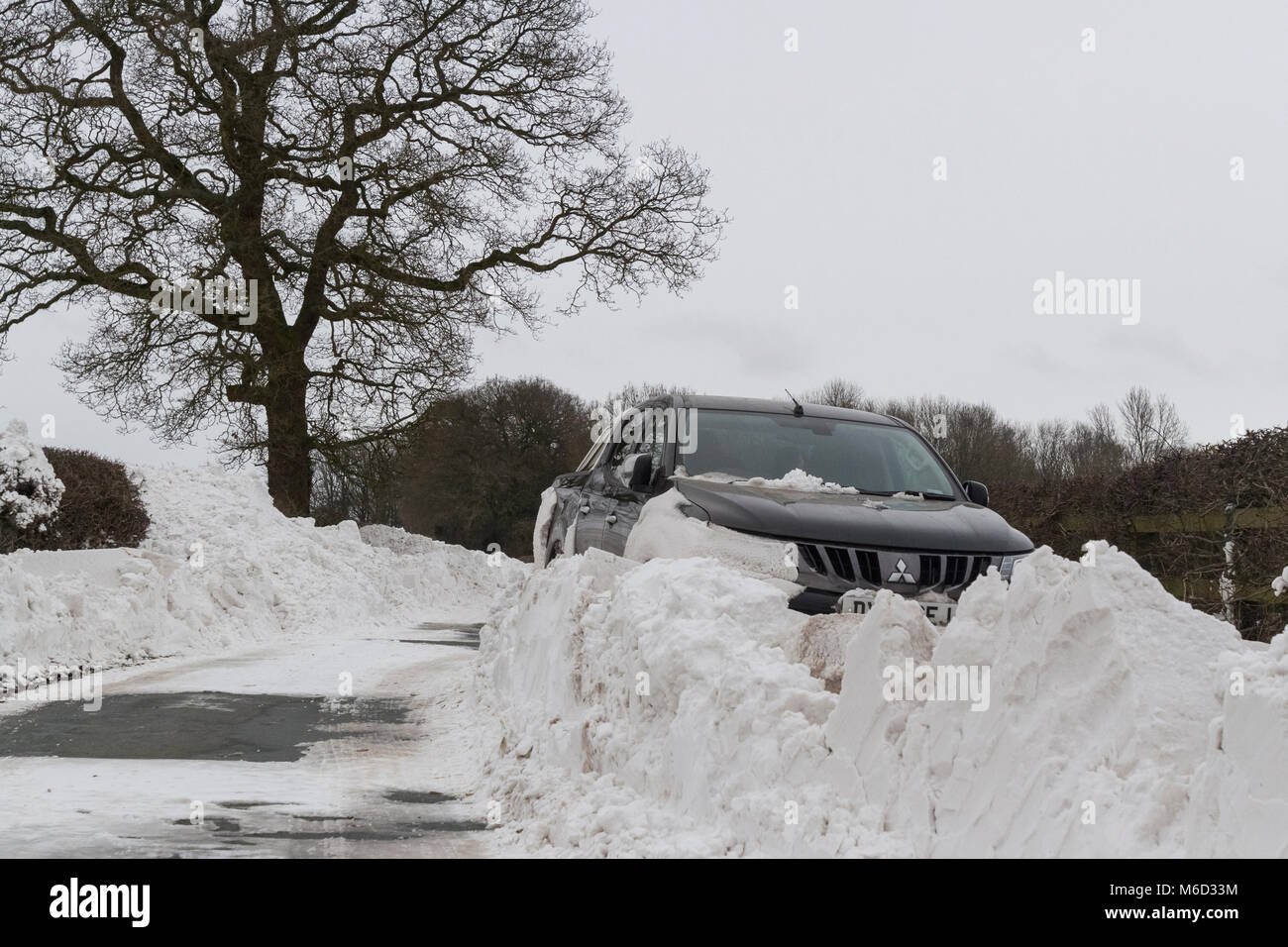 Uttoxeter, Staffordshire, UK. 02nd Mar, 2018. UK Weather: A Mitsubishi 4x4 is stranded and stuck in a huge snowdrift - Stock Image