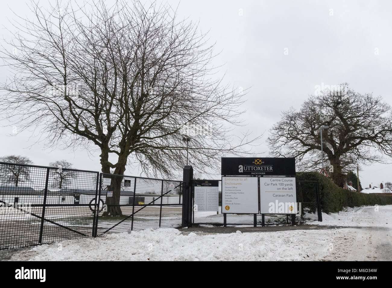 Uttoxeter, Staffordshire, UK. 02nd Mar, 2018. UK Weather: Uttoxeter Racecourse gates remain shut as snow fall from - Stock Image