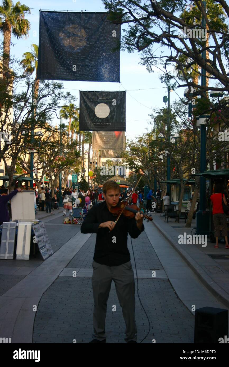 Street artist, violinist, busking in Santa Monica, Los Angeles, USA - Stock Image