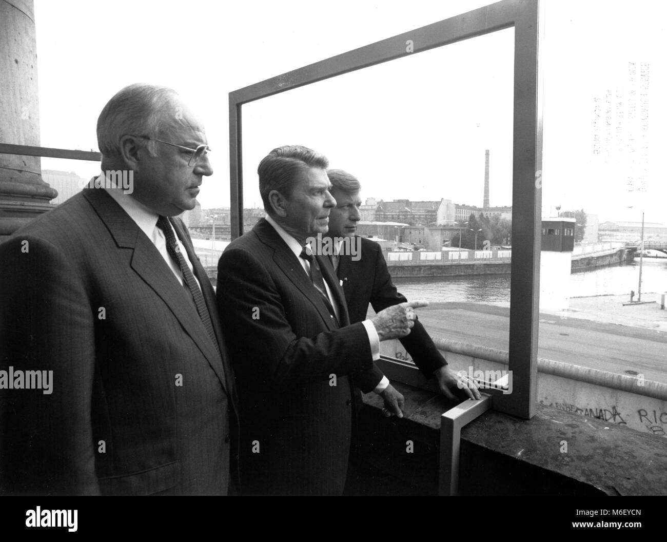 U S President Ronald Reagan (center) overlooks the Berlin Wall from the balcony of the Reichstag, flanked by Federal - Stock Image