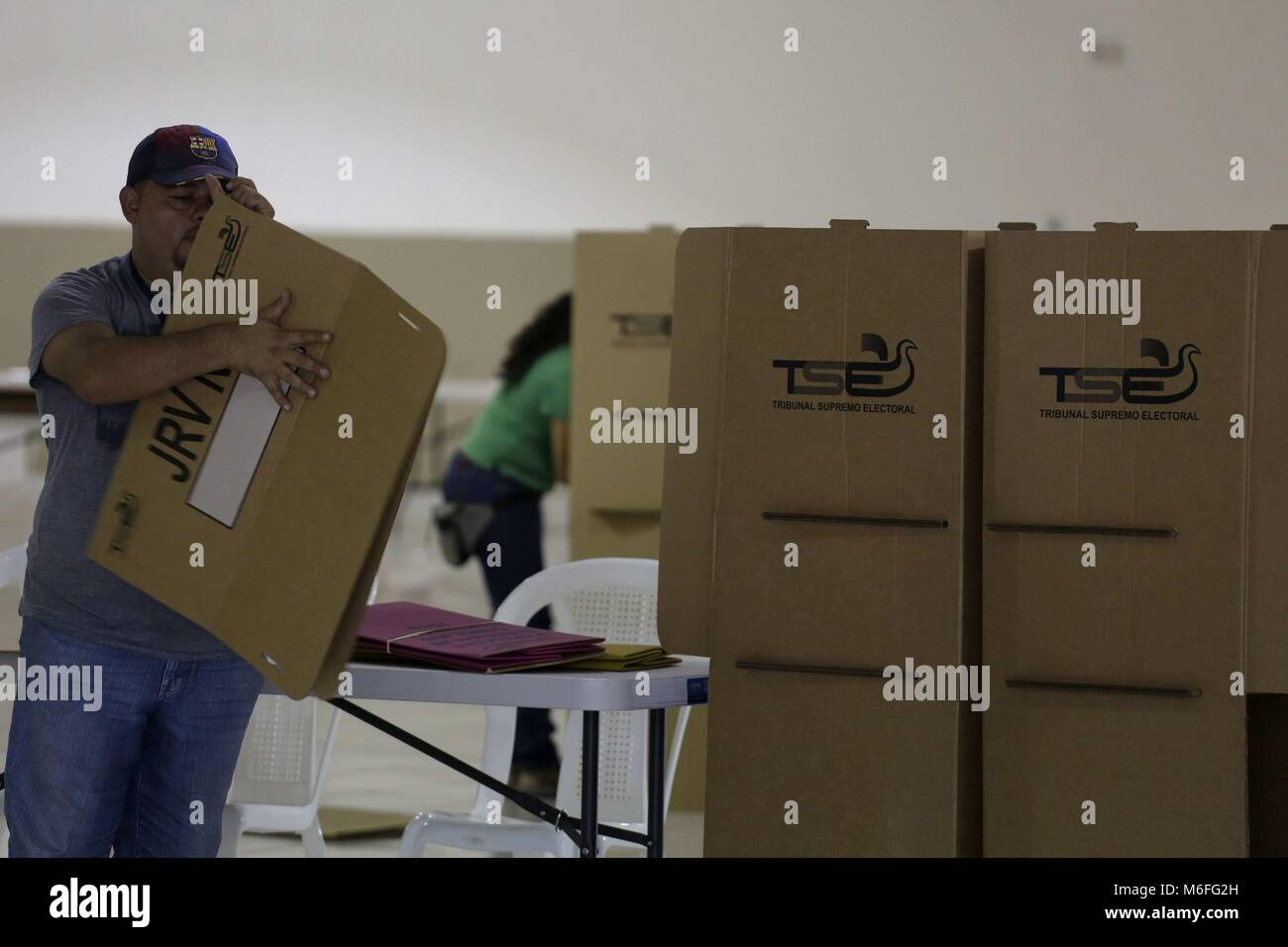 San Salvador, El Salvador. 03rd Mar, 2018. Staff of the Supreme Electoral Tribunal (TSE) assemble electoral shelves, - Stock Image