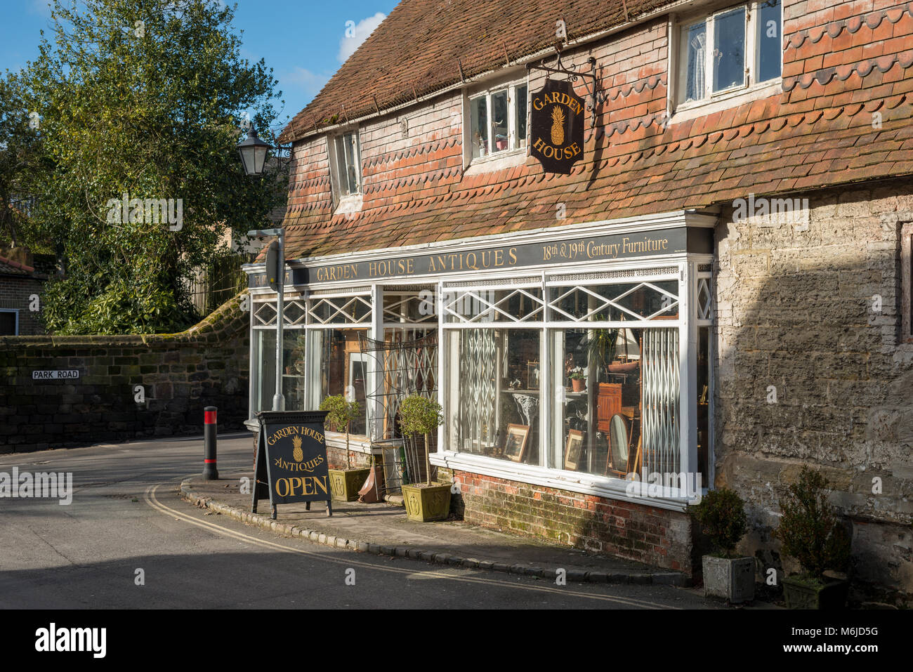 Petworth, West Sussex, England. The Garden House Antiques shop in the town. - Stock Image