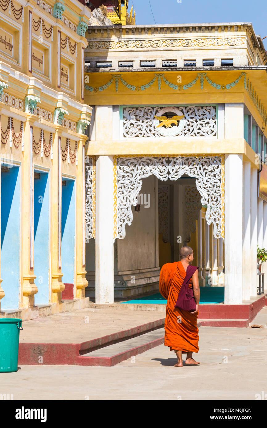 Buddhist monk at Shwezigon Pagoda, Nyaung U, Bagan, Myanmar (Burma), Asia in February Stock Photo
