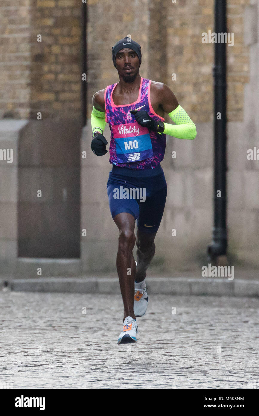 London, UK. 4th March 2018. Mo Farah on cobbled streets in Wapping as he approaches the half way point of the 2018 - Stock Image