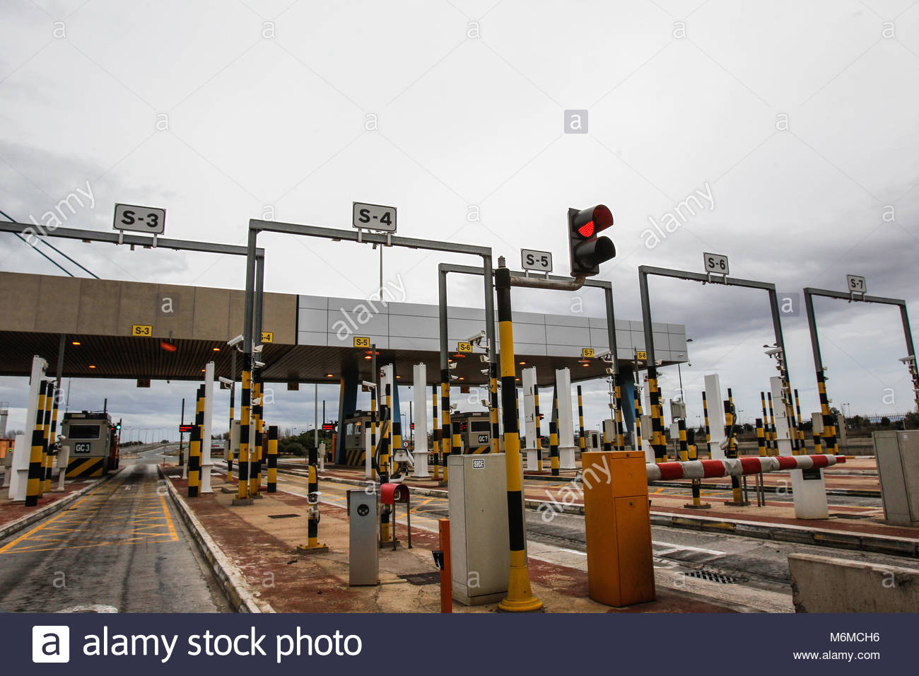 check cars entering in Valencia's Port with hight tech scans - Stock Image