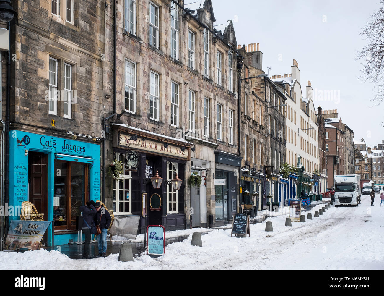 View of Grassmarket shops, bars and houses  during heavy snow fall in Edinburgh , Scotland, United Kingdom - Stock Image