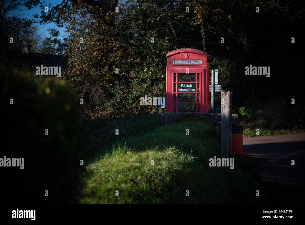 Red telephone box in English countryside - Stock Image