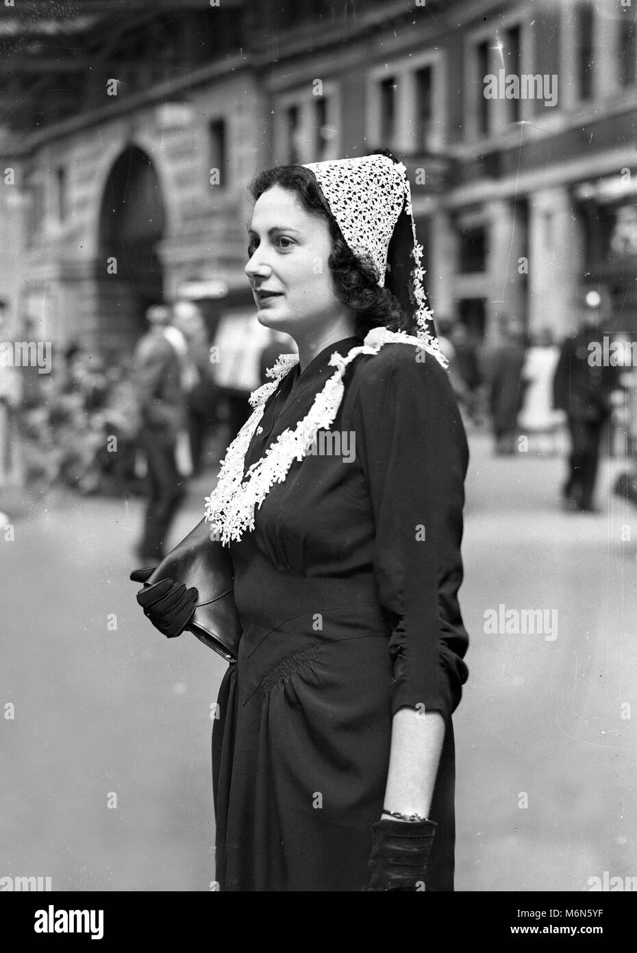 Royal Ascot 1948  Mrs L Stern dressed in style for a day at the races. - Stock Image