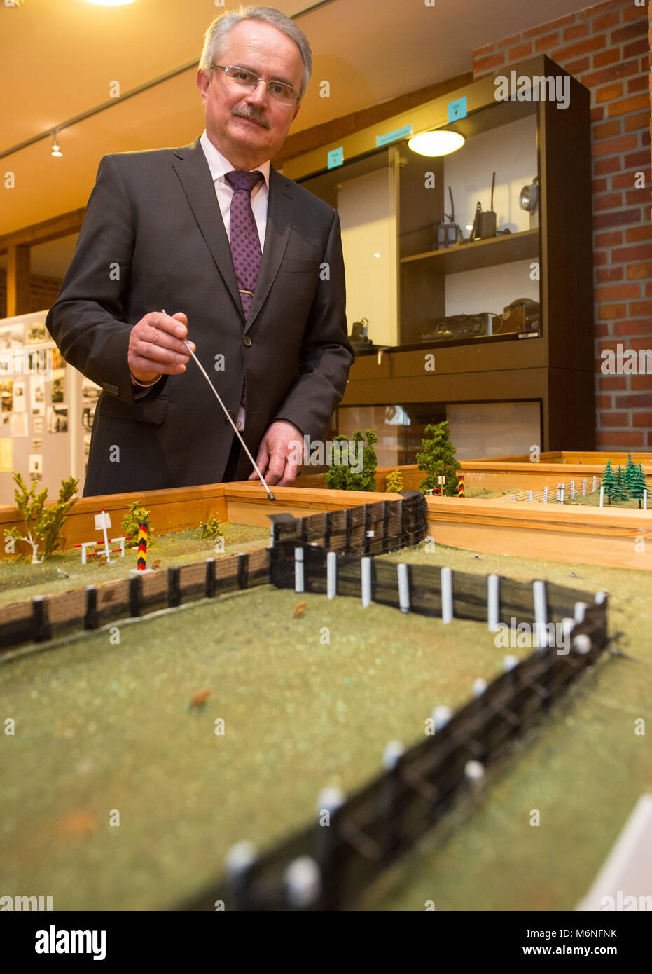 24 February 2018, Germany, Bad Bodenteich: Museum director Karl-Theodor Meyer show a former border installation - Stock Image