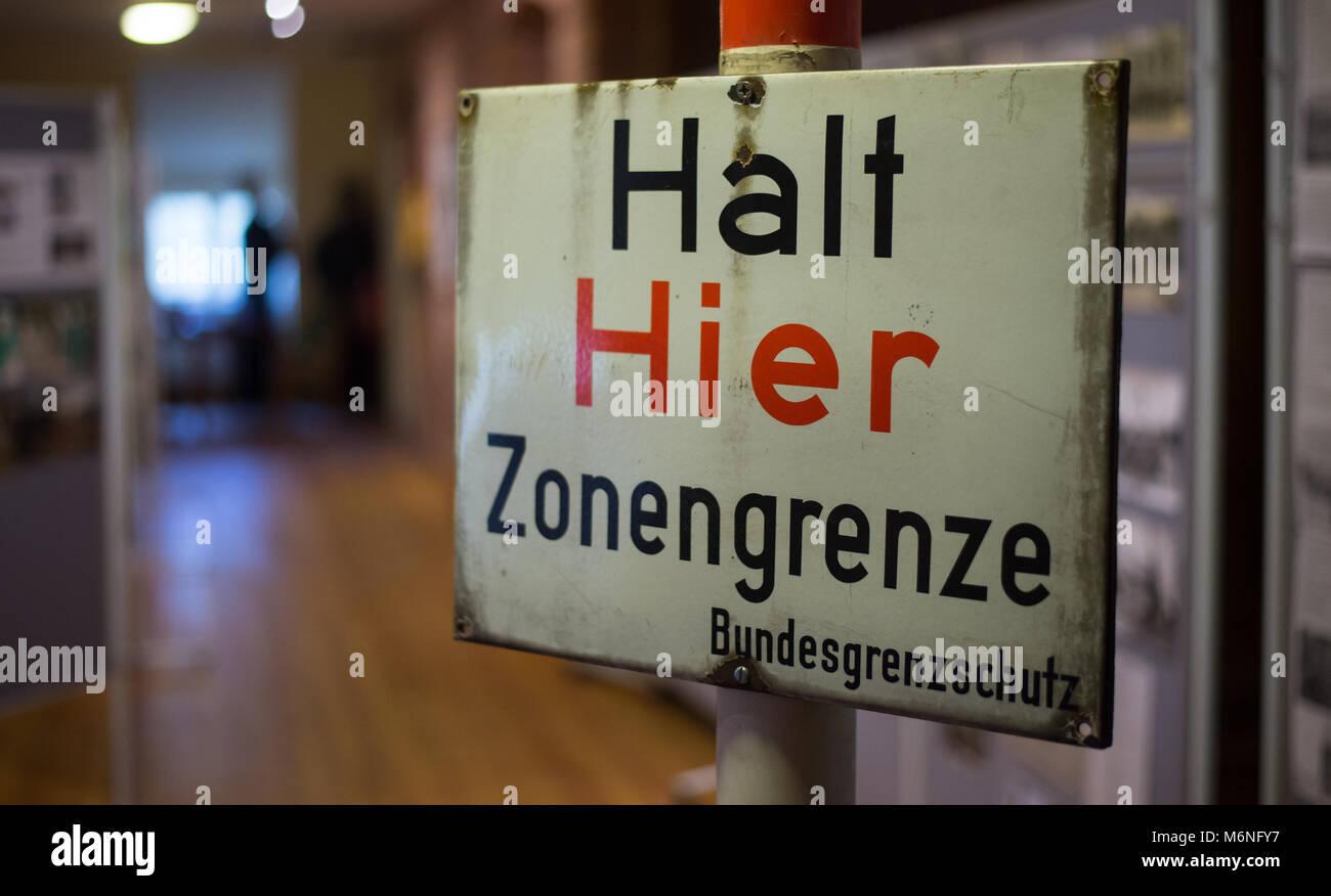 24 February 2018, Germany, Bad Bodenteich: A sign reads 'Halt - Hier Zonengrenzen' (lit. Stop - zone border'. - Stock Image