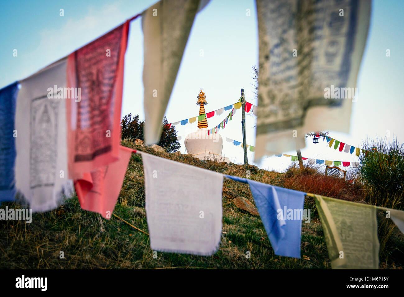 Las Alpujarras, Granada province, Andalusia, Spain : Tibetan stupa and prayer flags at O Sel Ling Buddhist retreat - Stock Image