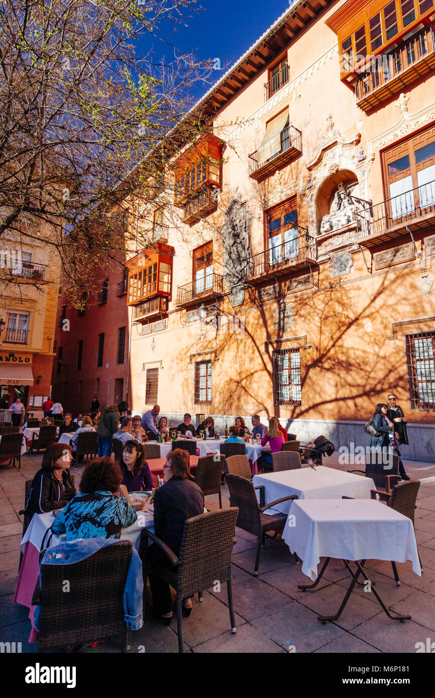 Granada, Andalusia, Spain : Tourists sit at an outdoors terrace restaurant by the Archiepiscopal Palace in Bib-Rambla - Stock Image