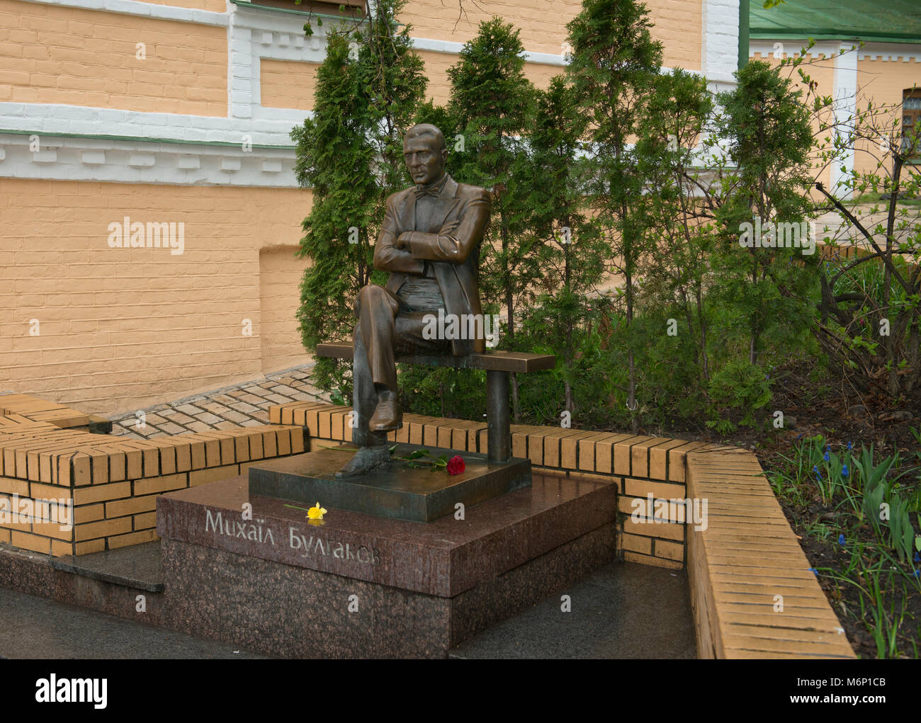 Commemorative sculpture at the house of Russian writer Mikhail Bulgakov in Andriyivskyy Descent in Kiev, Ukraine. - Stock Image