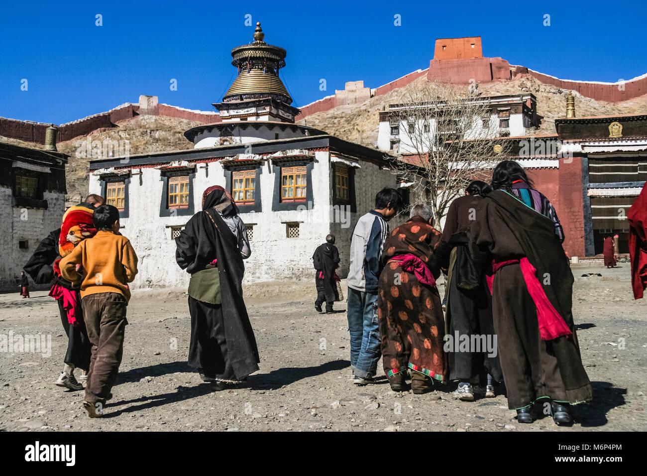 Tibetan pilgrims at Pelkor Chode Monastery, Gyantse, Tibet - Stock Image