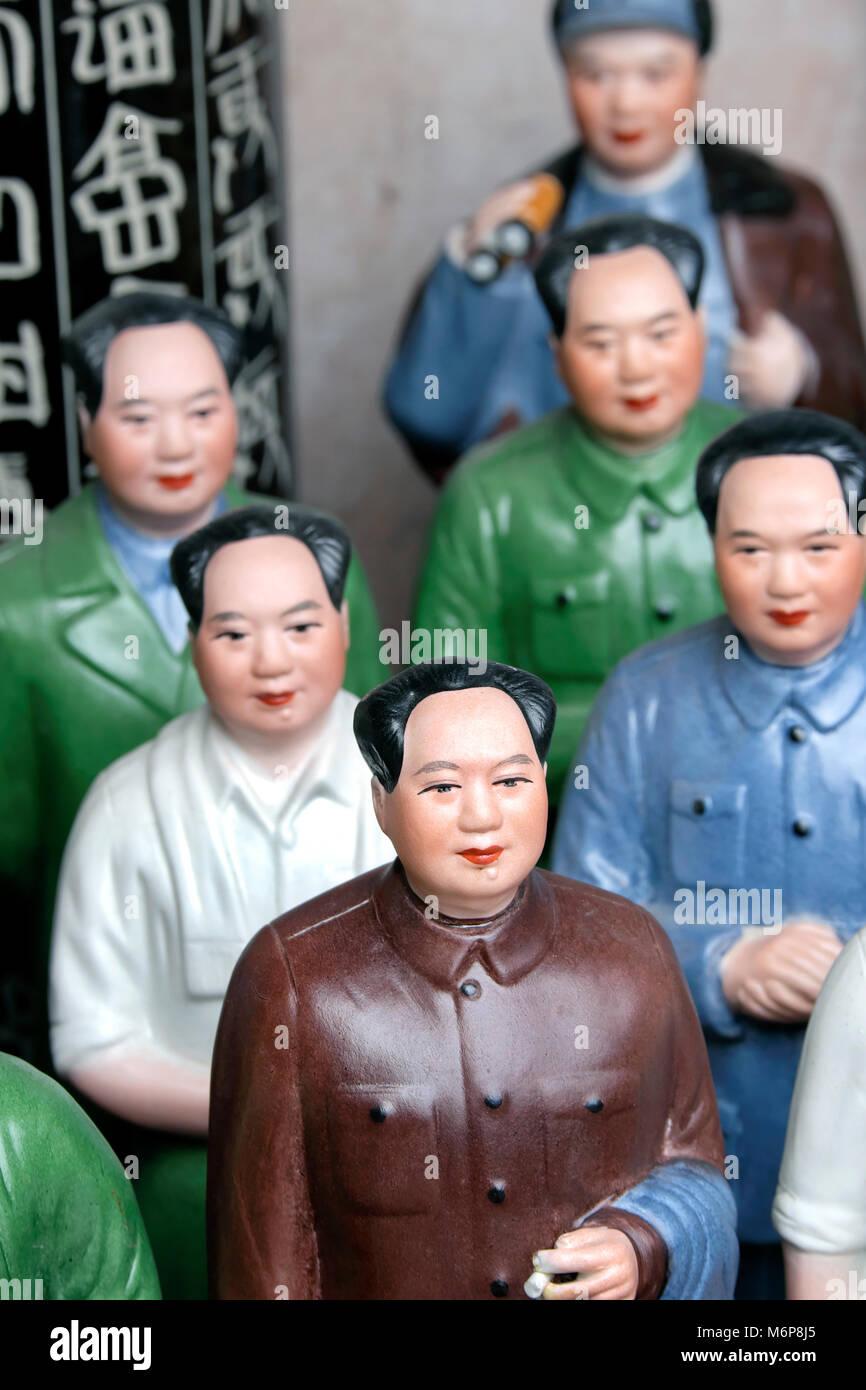 Souvenir ceramic figures of Chairman Mao Zedong, Dongtai Road antique market, Shanghai, China - Stock Image
