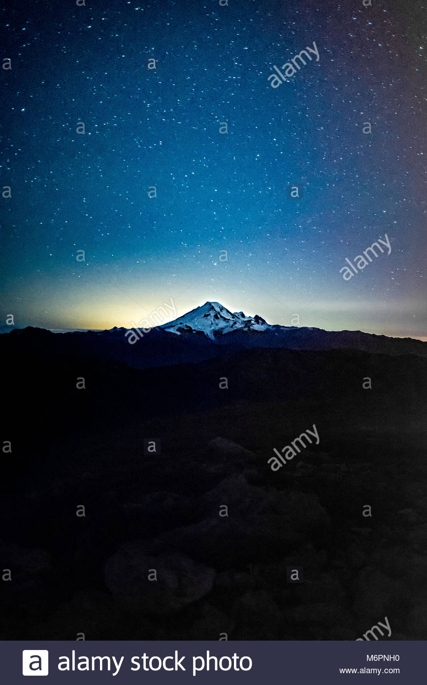 Night sky with stars over mountains in Washington state. - Stock Image