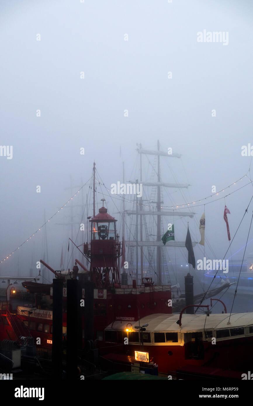 Hamburg Hafen im Nebel - Stock Image