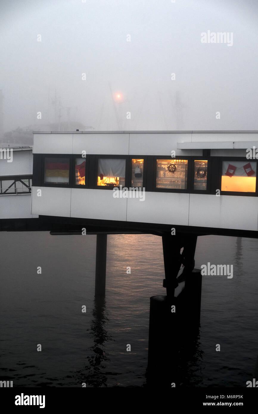 Überseebrücke im Nebel - Stock Image