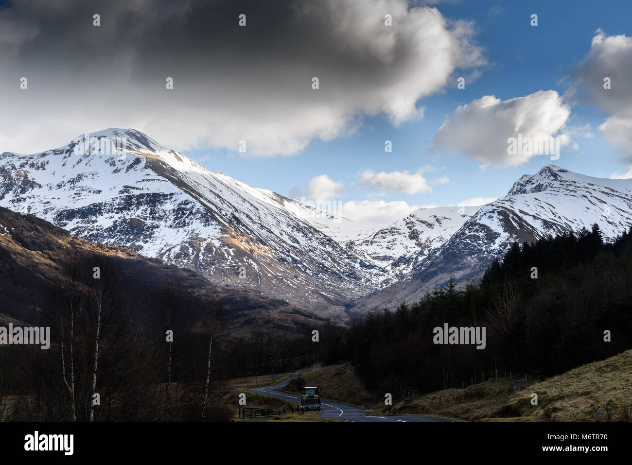Snow on the Mamores mountains on a cloudy winter day. - Stock Image