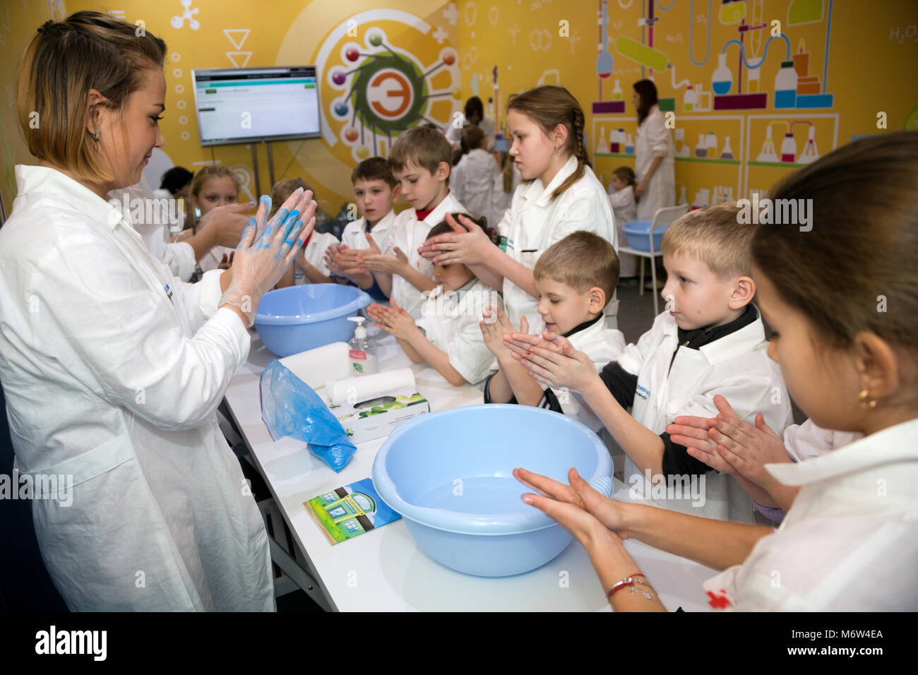 Doctor washes hands with children' at the children's interactive exhibition 'Become a doctor with EMIA' - Stock Image