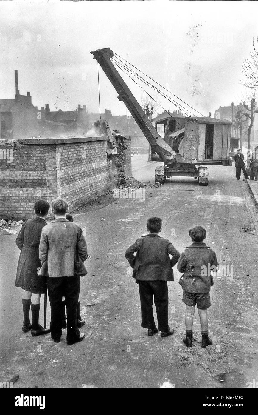 LONDON AIR RAID SHELTERS DEMOLITION IN APRIL 1945 WATCHING 3 TON HAMMER TOOK 1 HOUR BY ROYAL ENGINEERS Stock Photo