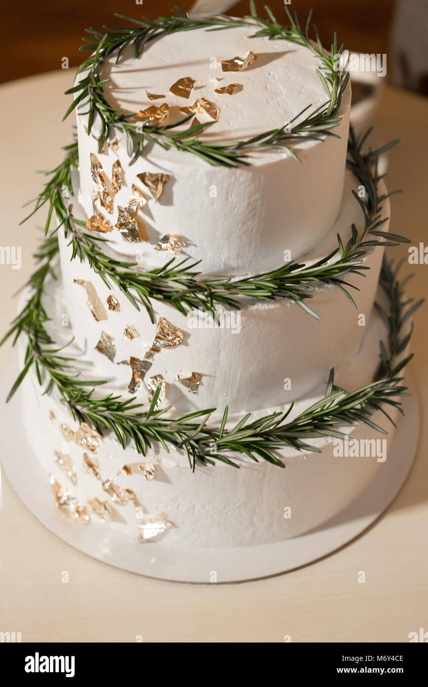 cake decorated with fresh green leaves - Stock Image