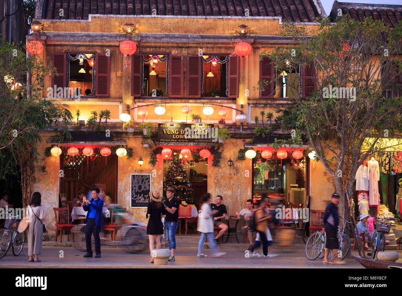 Cafes and restaurants line the Thu Bon River in the old town of Hoi An, Vietnam Stock Photo