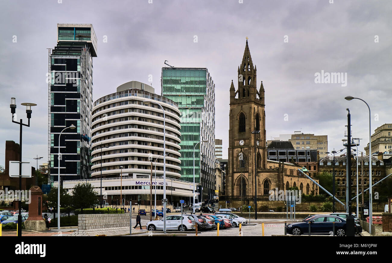 England, Liverpool Cityscape with St Nicholas church, the 20 Chapel building and the Mercure Liverpool Atlantic - Stock Image