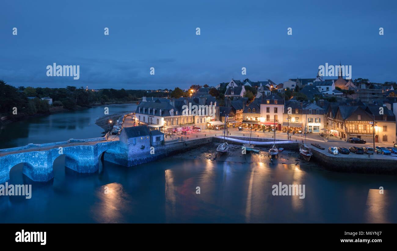 Pont Neuf and the Port de St Goustan at night, Auray, Morbihan, Bretagne, France - Stock Image