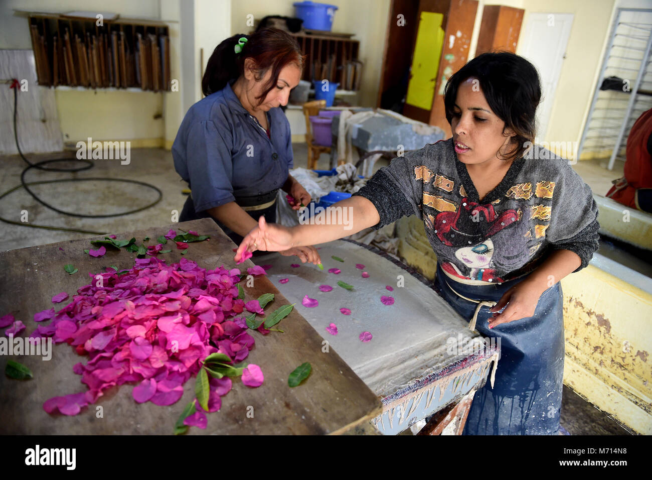 (180307) -- CAIRO, March 7, 2018 (Xinhua) -- Egyptian women make handicrafts with flowers and recycled materials - Stock Image