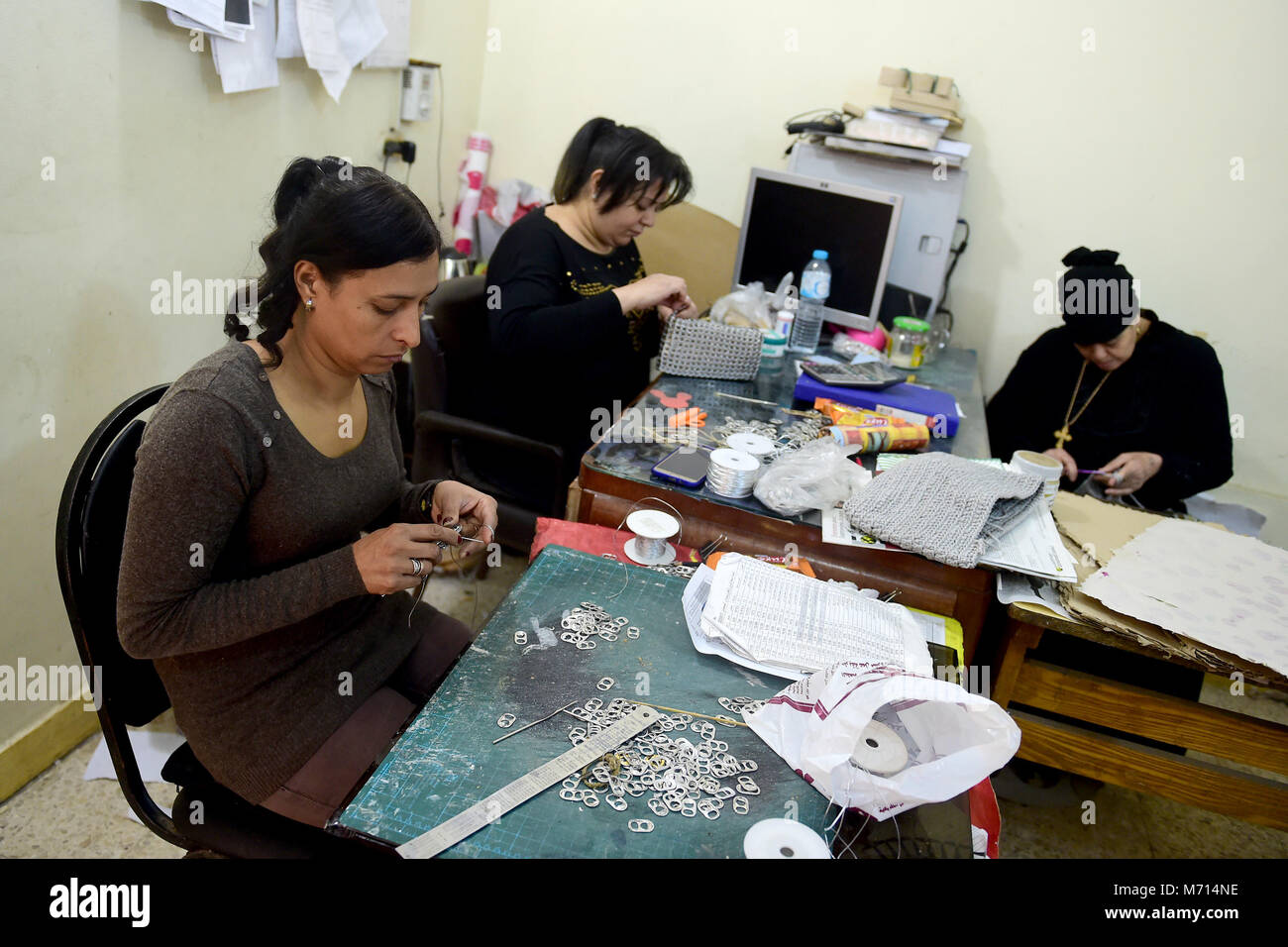 (180307) -- CAIRO, March 7, 2018 (Xinhua) -- Egyptian women make handicrafts from recycled materials at a workshop - Stock Image