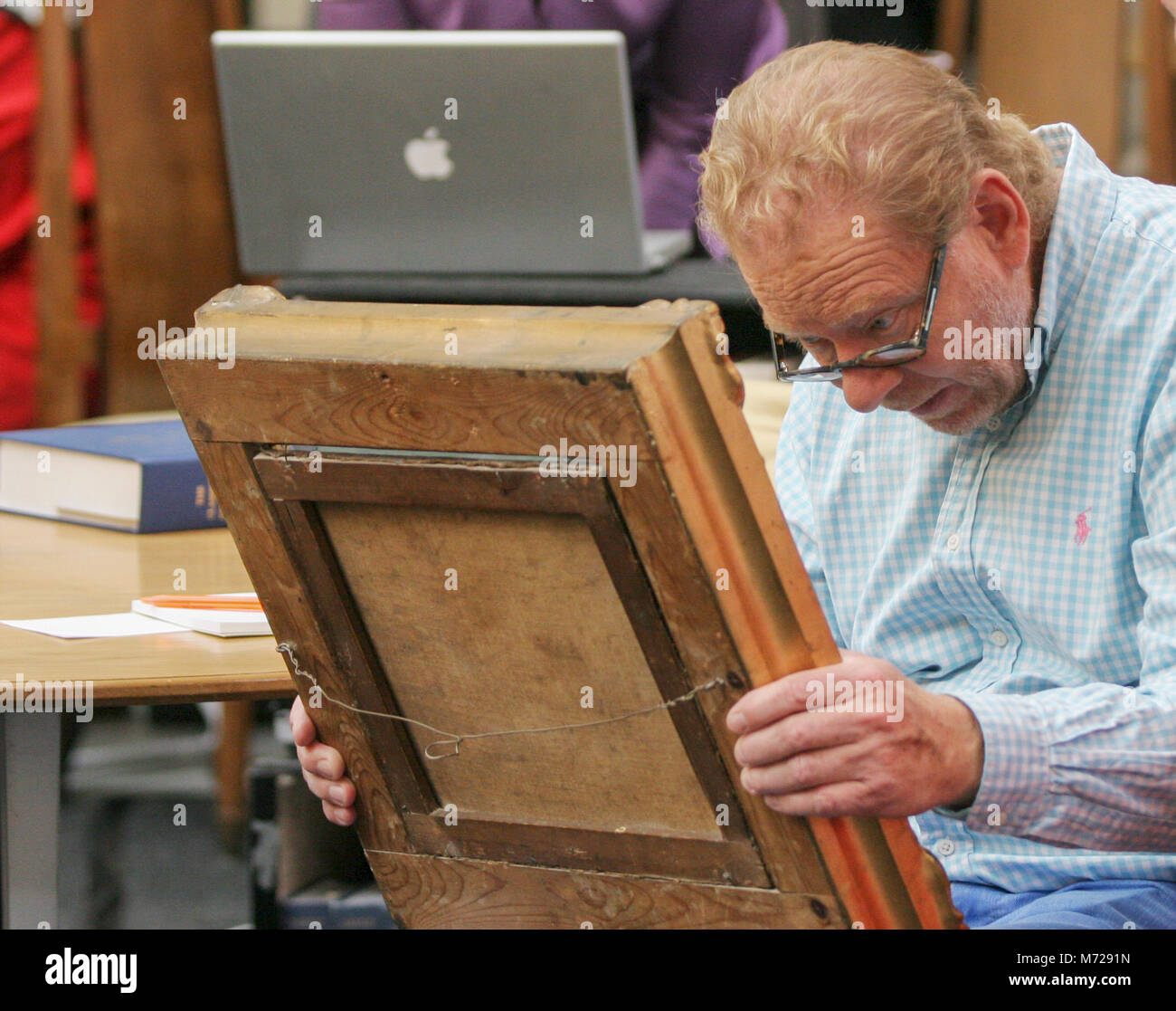 ART EXPERT studies the painting for evaluation 2014 - Stock Image