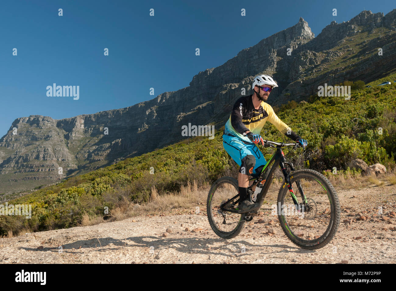Mountain biker riding on Table Mountain in Cape Town. - Stock Image