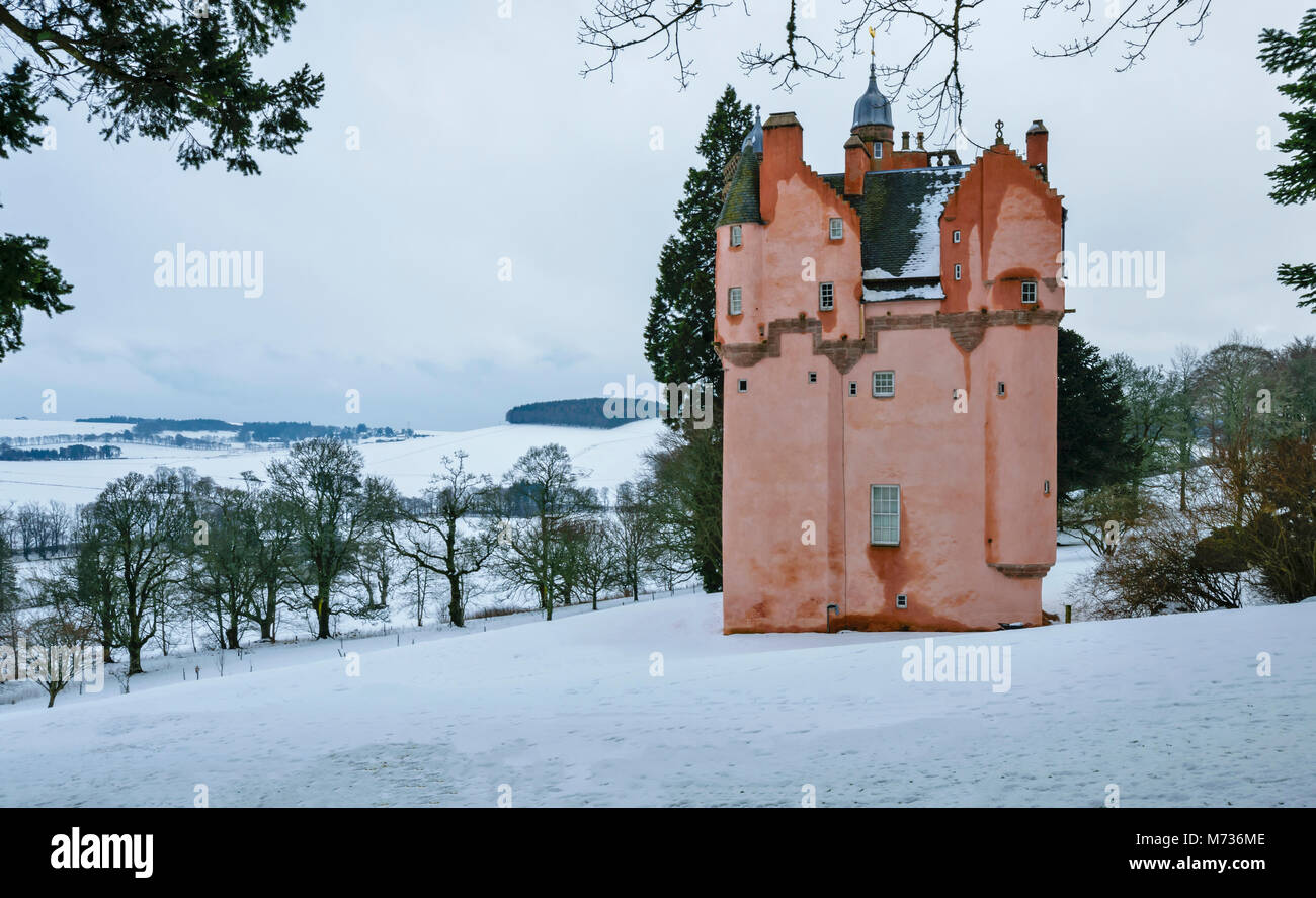 CRAIGIEVAR CASTLE ABERDEENSHIRE SCOTLAND PINK TOWER ON A SNOW COVERED HILL OVERLOOKING THE WINTER COUNTRYSIDE - Stock Image