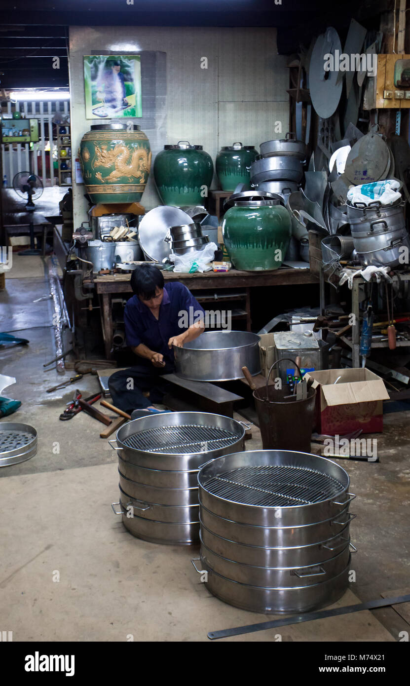 Chachoengsao, Thailand - Aug 7, 2010 : Shop owner show making streaming pot to tourists at Klong Suan 100 Year Market - Stock Image