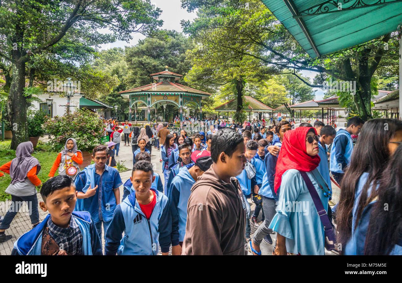 Indonesian students visiting the Kraton Ngayogyakarta Hadiningrat, the palace of the Yogyakarta Sultanate, Central - Stock Image
