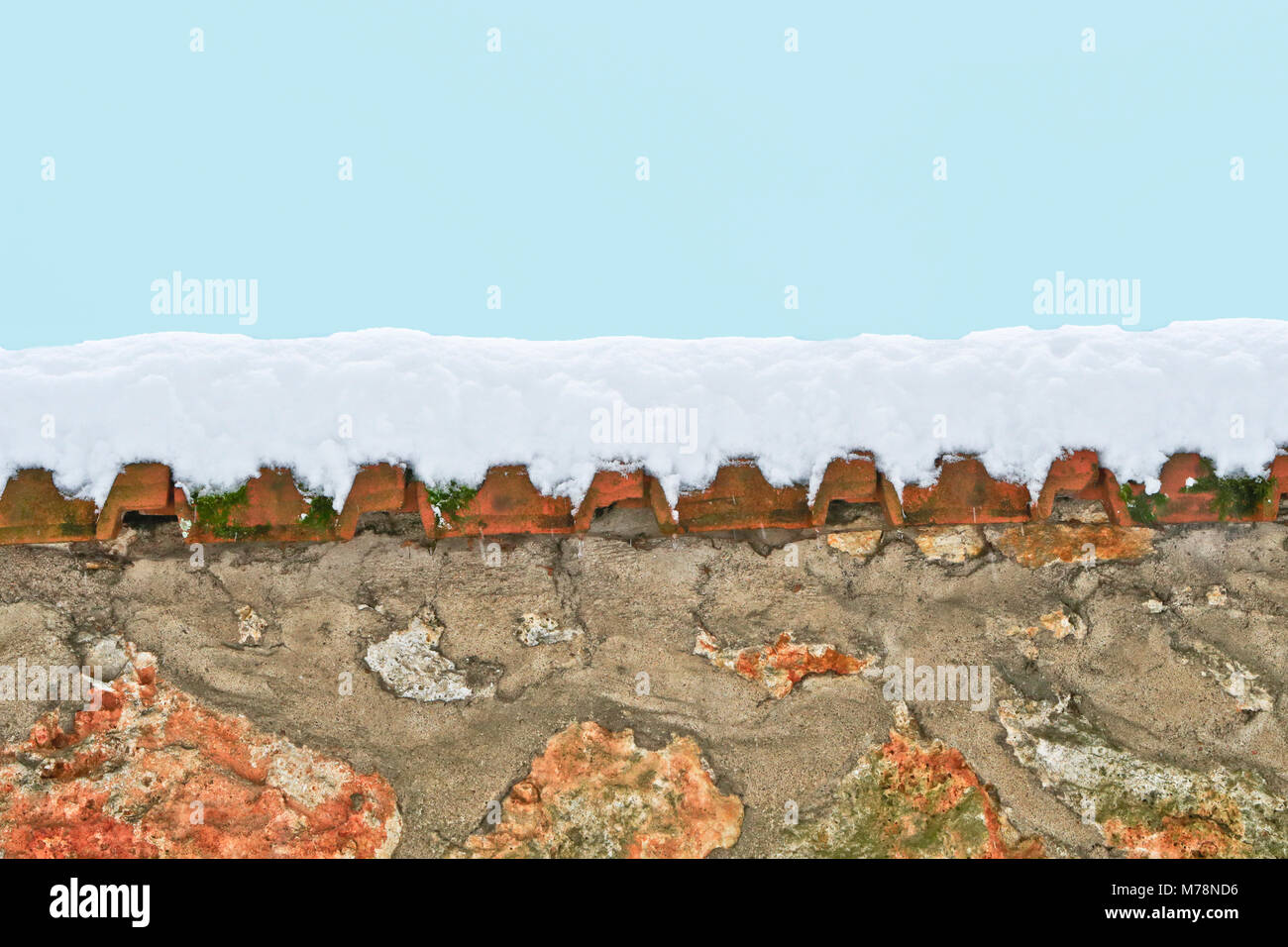 Wall with snow and blue sky - Stock Image