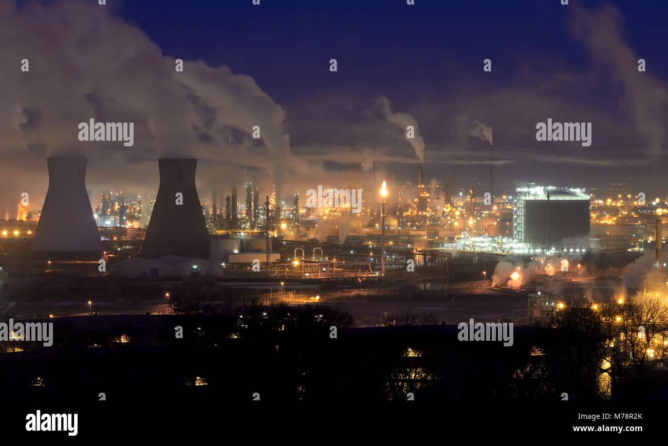 The lights of the Ineos refinery at dawn in Grangemouth, East Stirlingshire, Scotland, UK - Stock Image