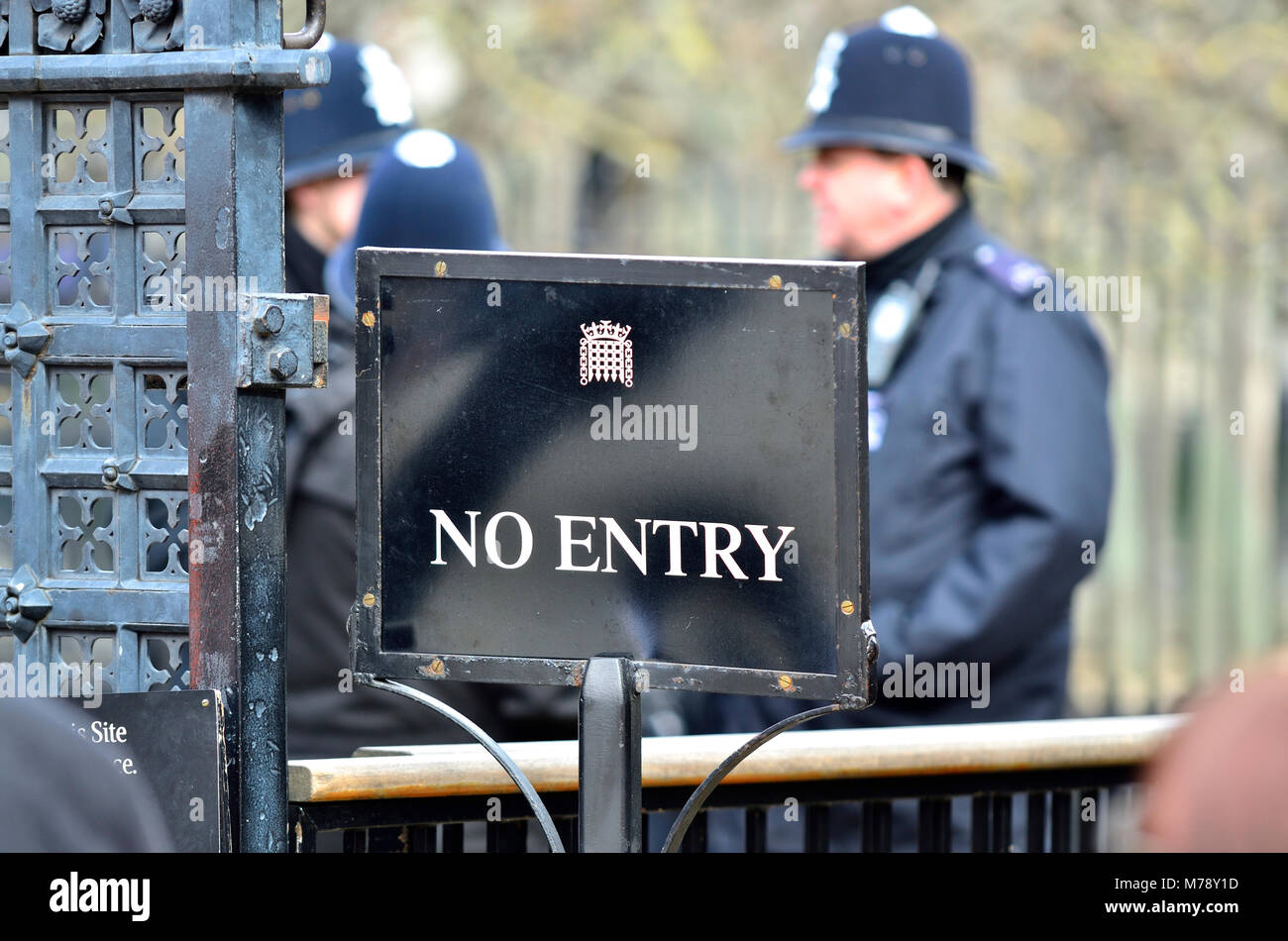 London, England, UK. No Entry sign and police officers at the gates of the Houses of Parliament - Stock Image