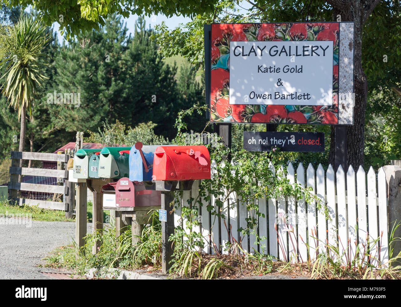 Clay Gallery sign and letter boxes, Moutere Highway, Upper Moutere, Tasman District, New Zealand - Stock Image