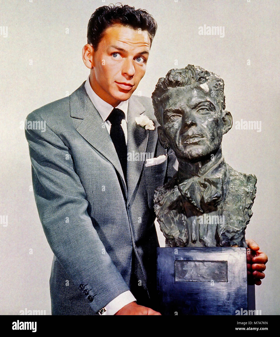 FRANK SINATRA (1915-1998) American singer and film actor with a bust of himself by Jo Davidson  in 1946 - Stock Image