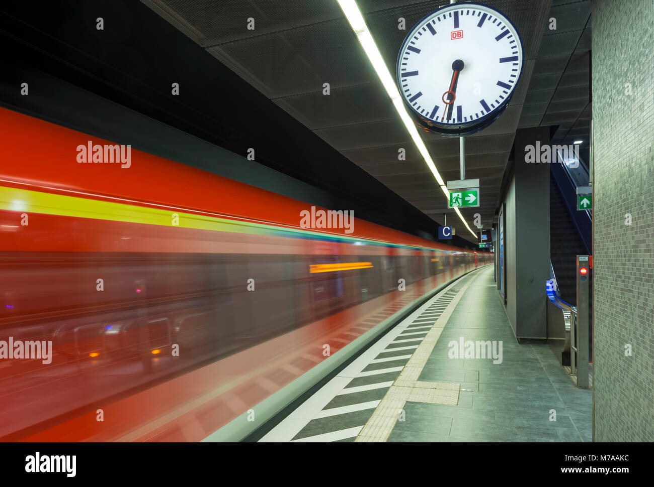 Train coming in at the platform, metropolitan station Taunusanlage, Westend, Frankfurt am Main, Hesse, Germany - Stock Image