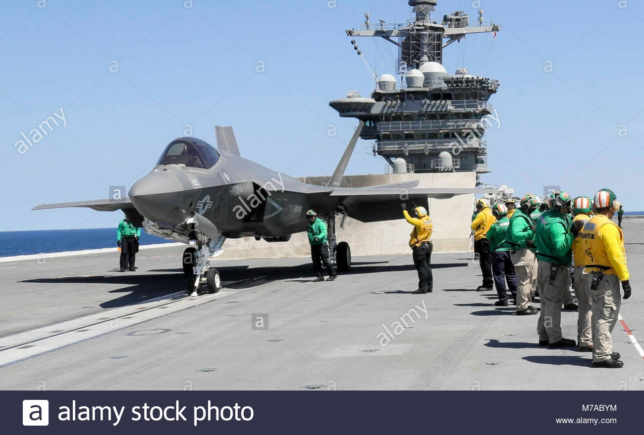 Sept. 4, 2017) Sailors prepare two F-35C Lightning II aircraft assigned to the Grim Reapers of Strike Fighter Squadron - Stock Image