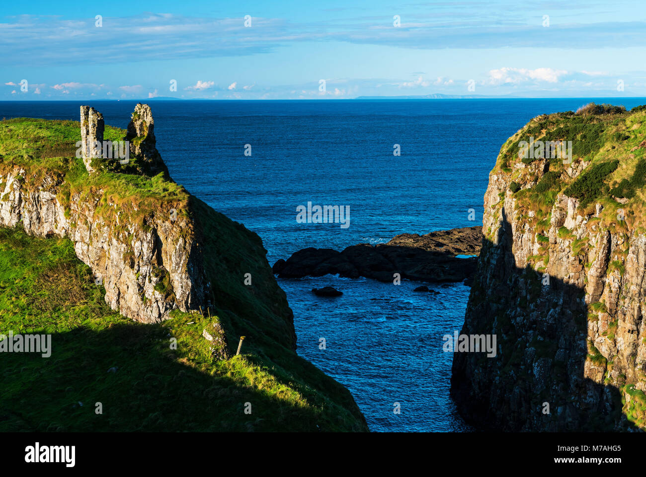 Coastal formation in the Giants Causeway with ruin - Stock Image