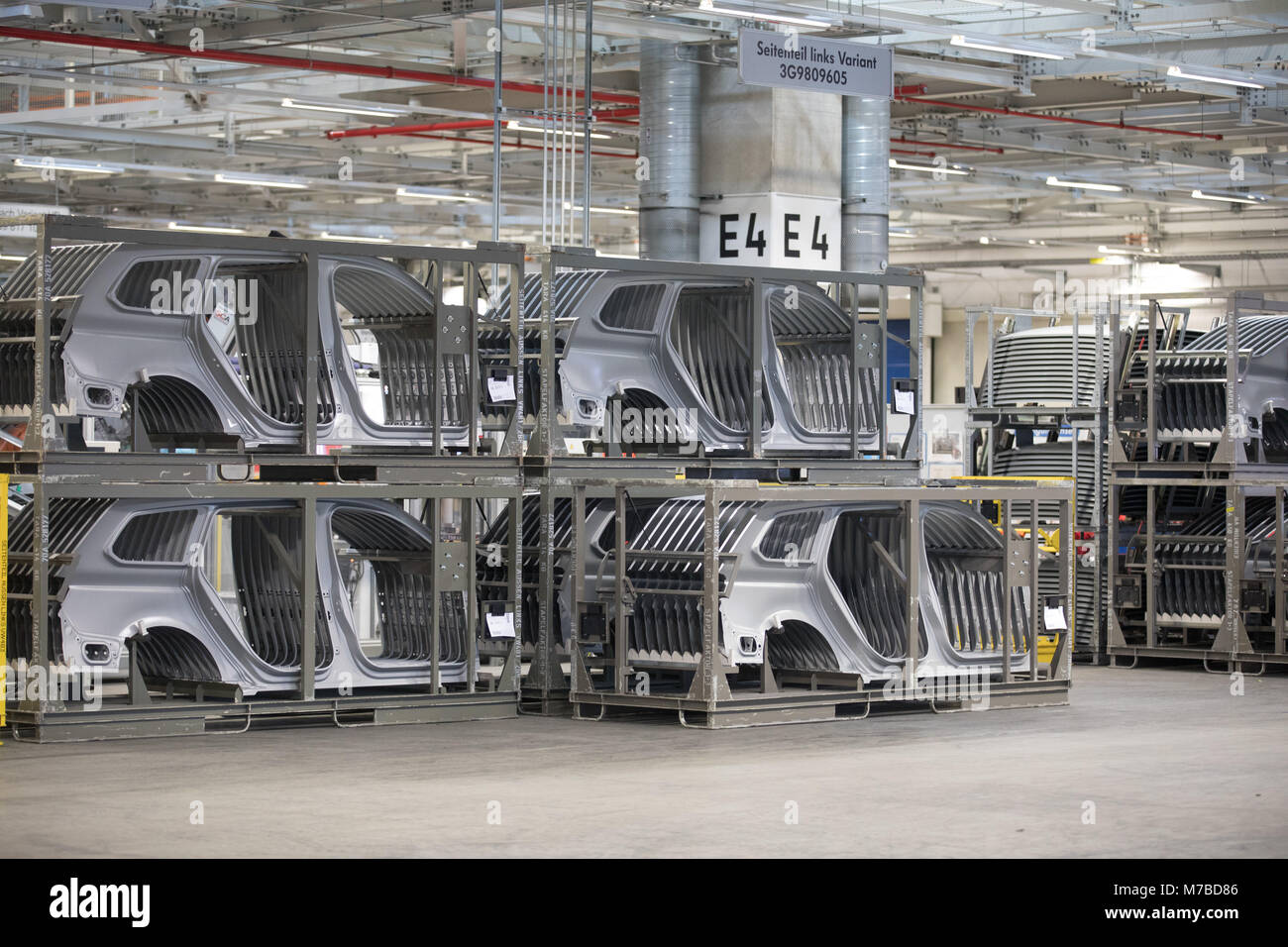 09 March 2018, Germany, Emden: Robots emble car parts of a VW ...