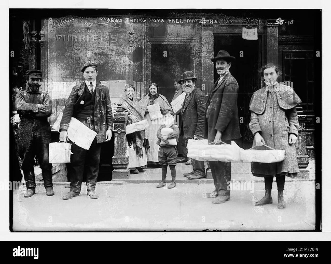 Jews taking home free matzoths (i.e., matzot) LCCN2014680270 - Stock Image