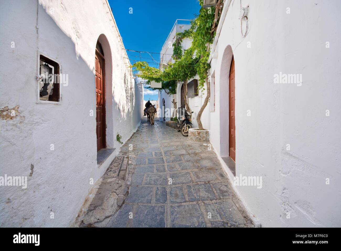 Narrow alley and traditional Greek architecture of Lindos, Rhodes Island, Greece - Stock Image