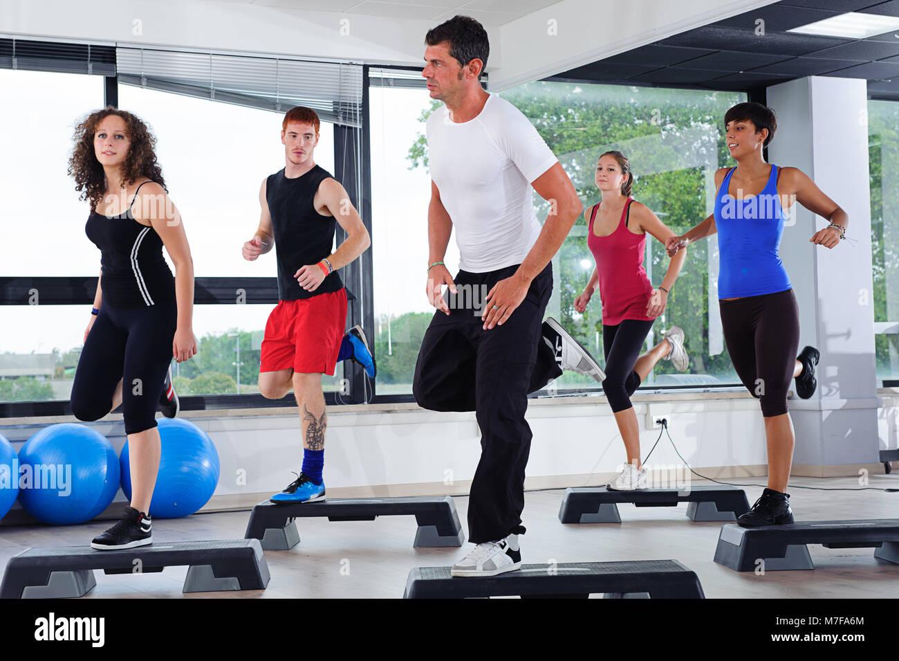 fitness mujeres y hombres haciendo deporte aerobic - Stock Image