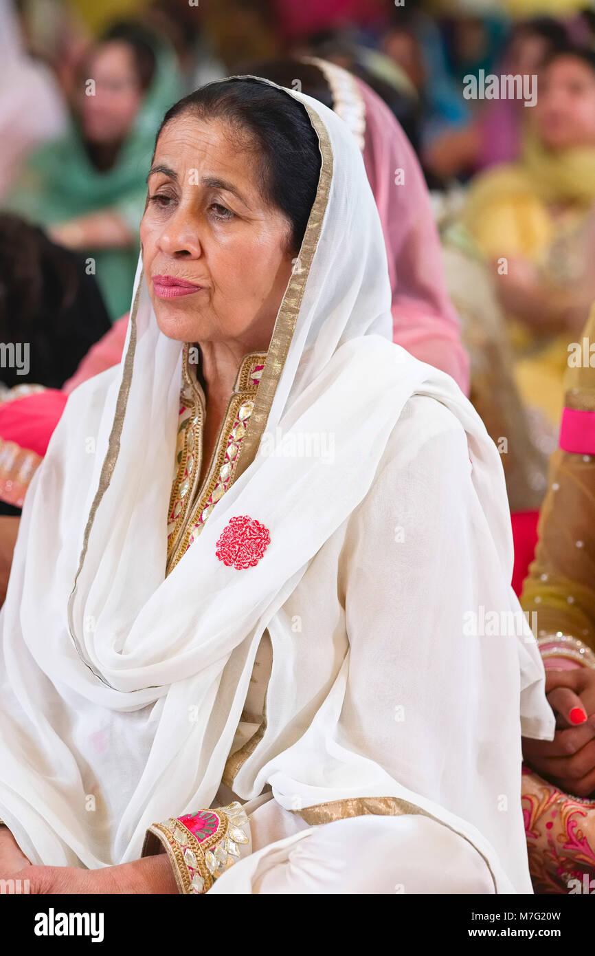 Sikh Women Colorful Sari Stock Photos & Sikh Women Colorful Sari ...